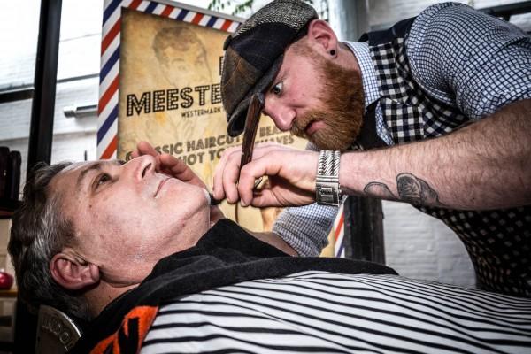 Henk Krol (50Plus) bezoekt een barbier in Tilburg